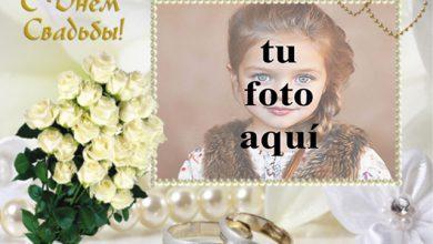 Photo of marco de fotos de boda con ramo de rosas blancas